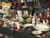 Mooie poppen en petten op de vlooienmarkt